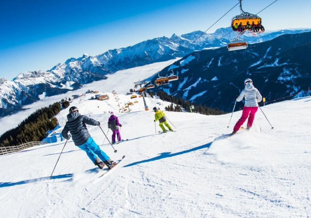 Die Berge mit Gondeln oder Skis abfahren