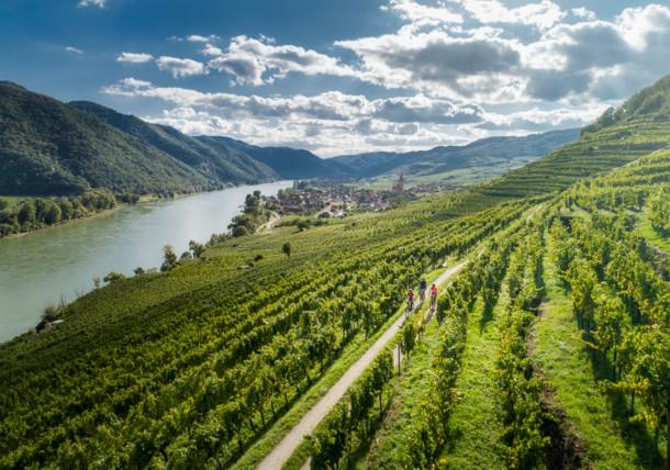 Ruta del Danubio en bicicleta en el pueblo ed Weissenkirchen en el Wachau