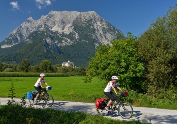 Ennsradweg am Fuße des Grimming in der Steiermark