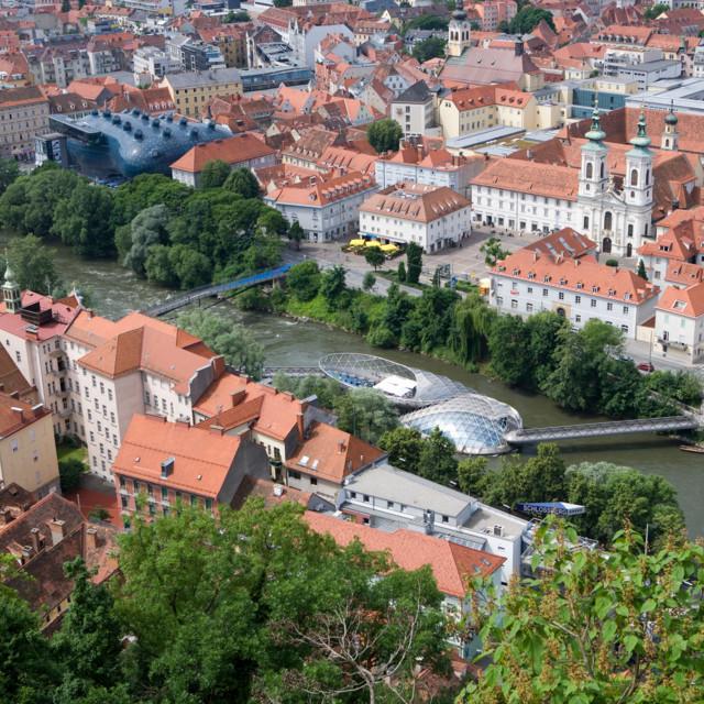 Die Mur durch Graz mit Grazer Kunsthaus und Murinsel.