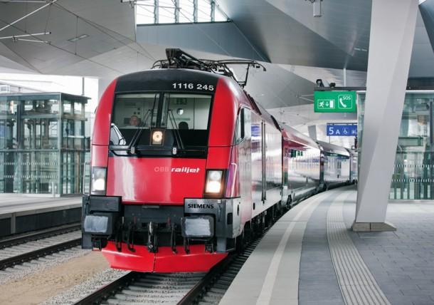 ÖBB Railjet in Bahnhof