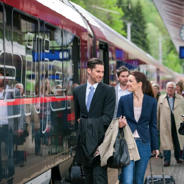 ÖBB Reisende am Bahnsteig