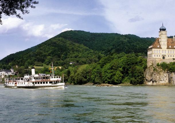 Donauschiff bei Schloss Schönbühel in der Wachau