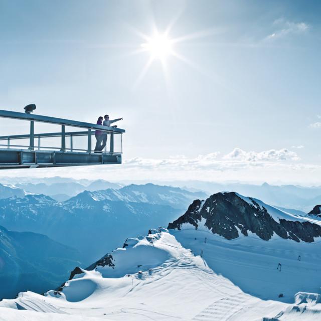 Die Gipfelwelt 3000 bietet ebenso einen unschlagbaren Ausblick auf die umliegende Berglandschaft.