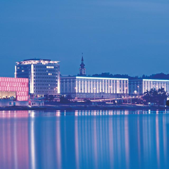 Linz bei Nacht mit Lentos Museum