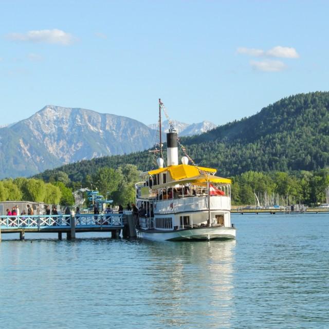Schiff in der Ostbucht Klagenfurt