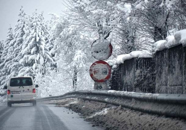 Téli útviszonyok és közúti jelzőtábla