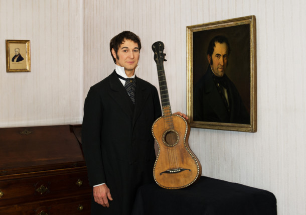 Portrait von Franz Xaver Gruber mit seiner Gitarre