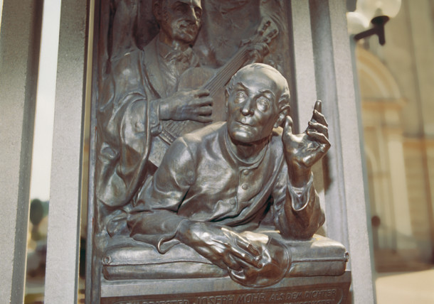 """Mohr-Gruber-Denkmal in der Kirche in Oberndorf bei Salzburg / """" Stille Nacht""""- Gedenken"""