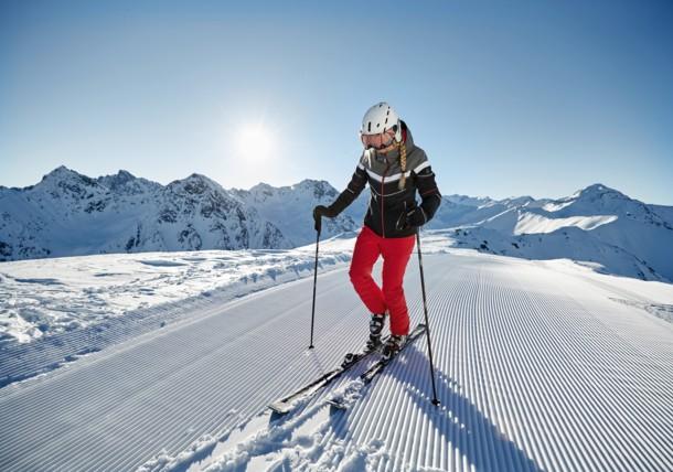 Kvinna med skidor på perfekt pist