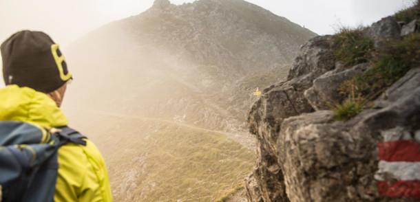 Alpinexperte Michael Rutter zeigt Teile des Adlerwegs in Tirol.