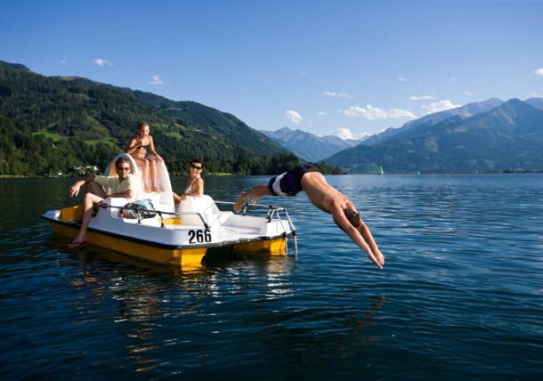 Rodzina nad jeziorem w Salzburgu