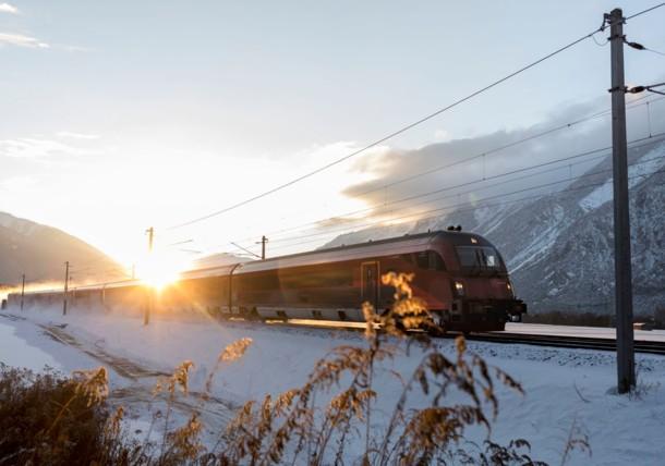 Поезд Railjet Австрийских железных дорог в Тироле
