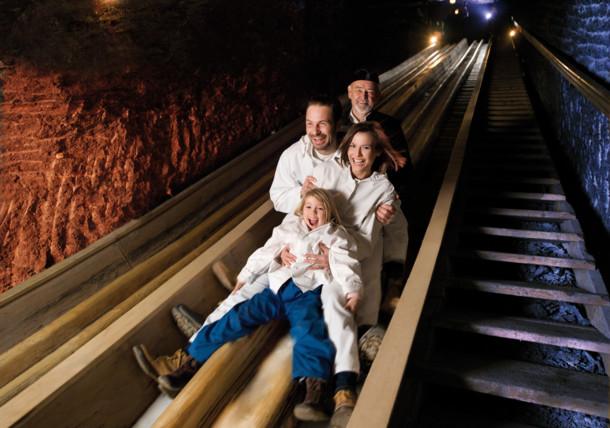 Salzwelten Hallein, Familie auf der Rutsche