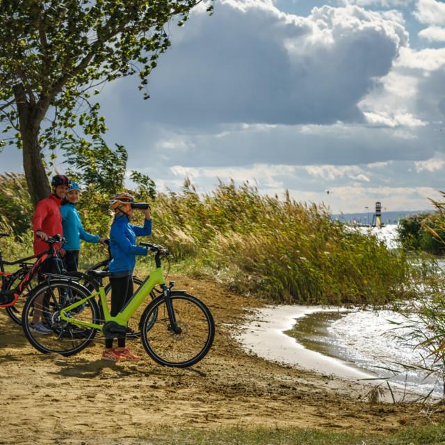 Radfahrer rasten am Ufer des Neusiedler Sees