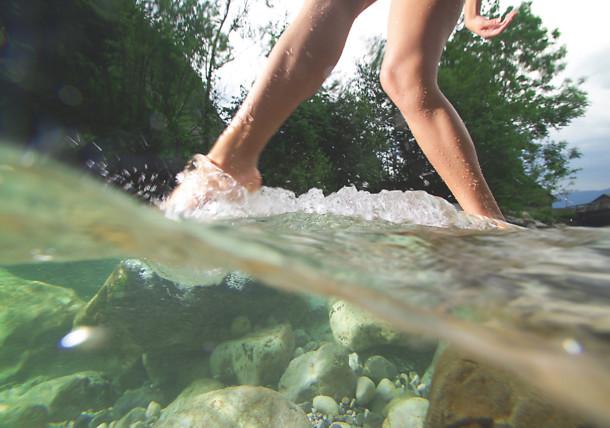 Beine im kalten Bach
