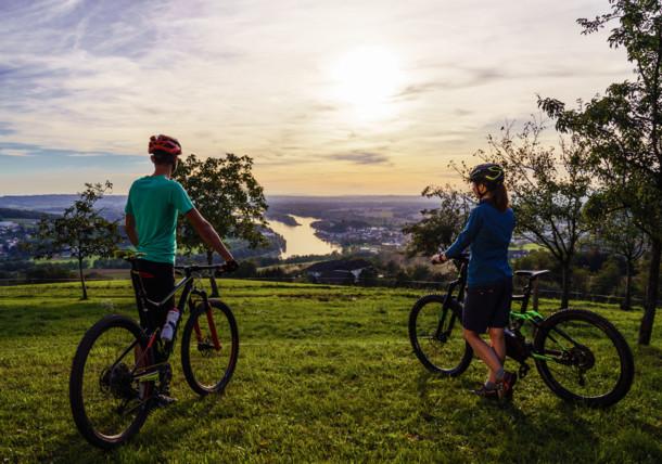 Dva bikeři si dávají pauzu v oblasti Mühlviertel, výhled na Dunaj