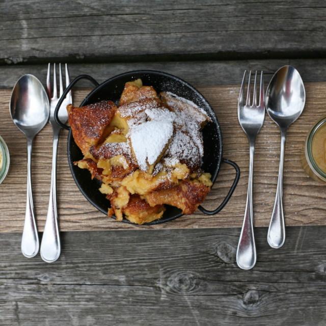 Kaiserschmarrn mit Apfelmus und Vanilleis
