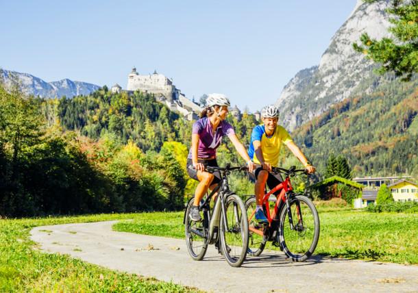 Ruta en bicicleta por los montes Hohe Tauern a la altura del castillo de Hohenwerfen