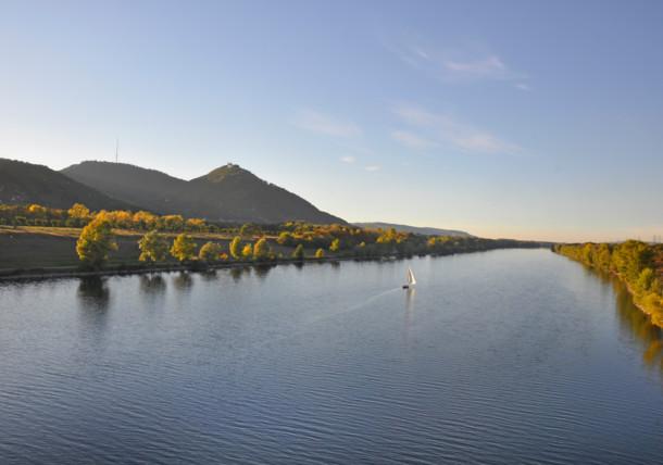 Neue Donau mit Kahlenberg und Leopoldsberg