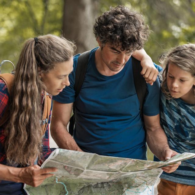 Wandern im Wald, Ferien mit Familie