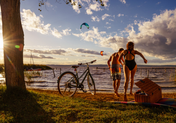 En bicicleta por el lago Neusiedler See, en el pueblo de Podersdorf