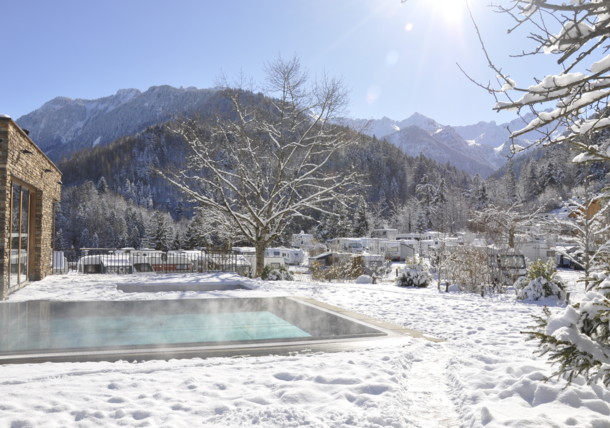 Outdoor-Pool des Alpencamping Nenzings in weißer Winterpracht