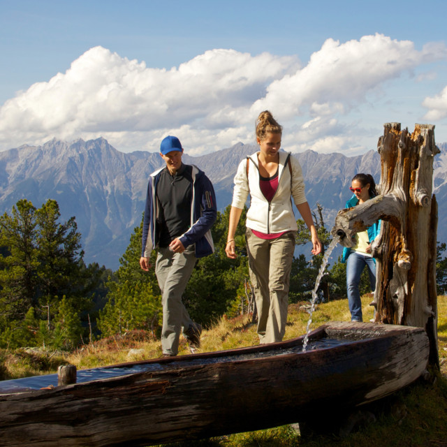 Familie beim Wandern mit Bergpanorama