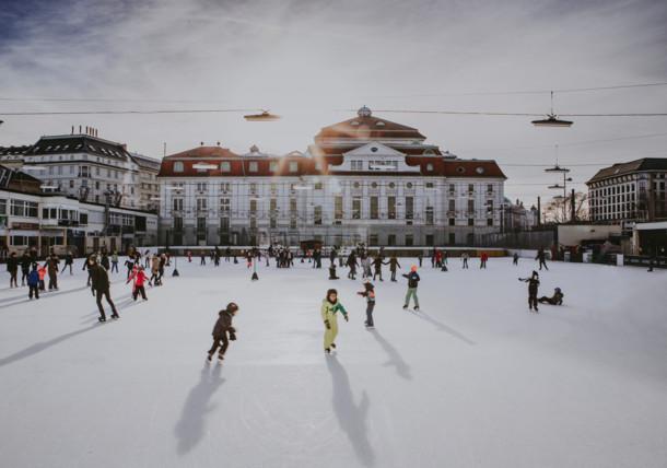 Eislaufen vor dem Wiener Konzerthaus