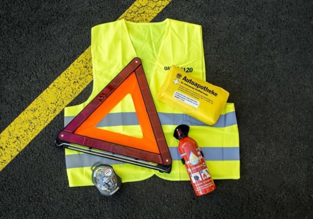 Warnweste und Warndreieck - Ausstattung bei der Reise mit dem Auto
