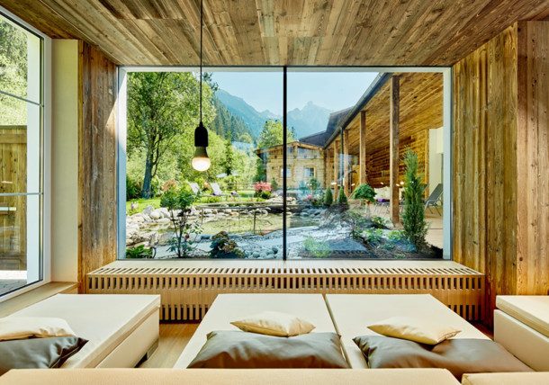 Wellness Innenbereich mit Panoramafenster vom Alpin Lodge das Zillergrund ****S