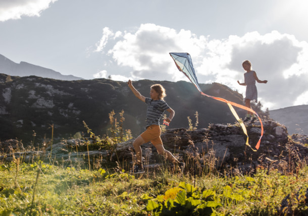 Puszczanie latawca podczas rodzinnych wakacji