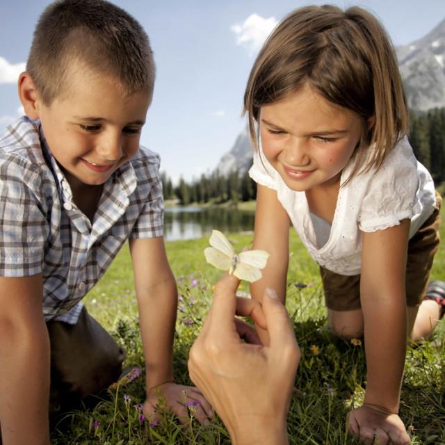 Kinder mit Schmetterling