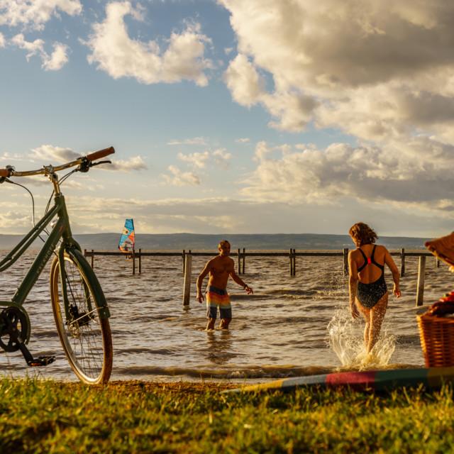 Zwei Radfahrer suchen Abkühlung im Neusiedler See