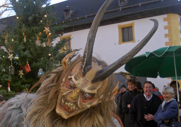 """Desfile de """"Krampus"""" en la fortaleza de Salzburgo"""