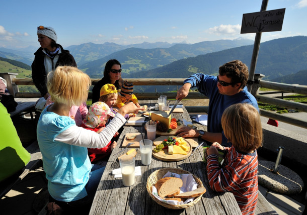 Family lunch on the Holzalm mountain hut