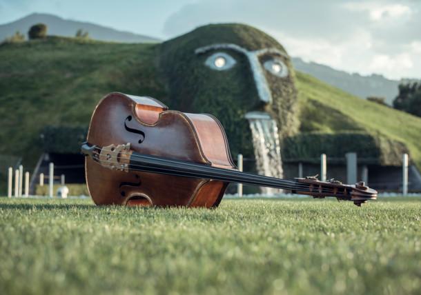 الموسيقا في العملاق