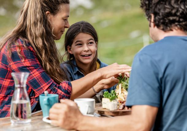 Jause auf der Gjaidalm, Ferien mit Familie, Obertraun
