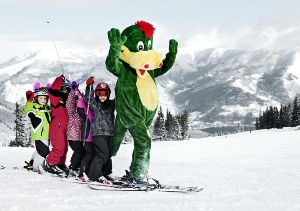 Mascot Schmidolin with children on Schmittenhöhe mountain