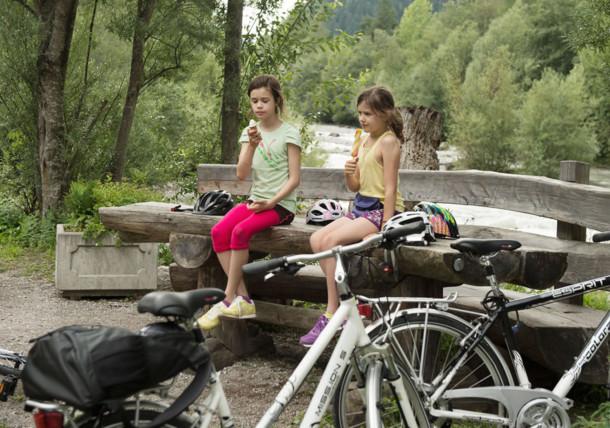 Dzieci na ławce we wschodnim Tyrolu