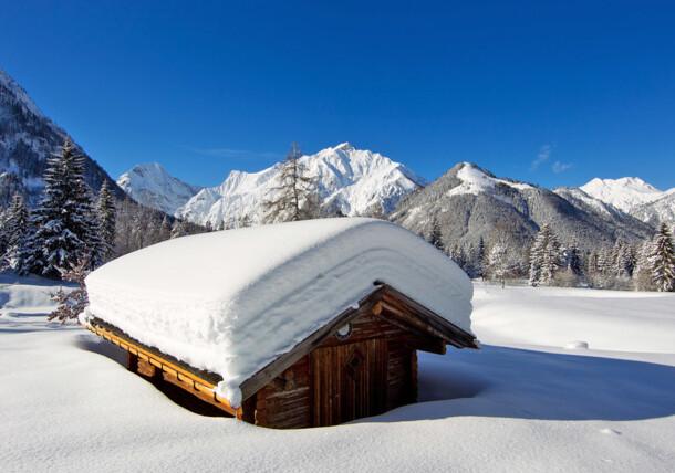 Am Beginn des Naturpark Karwendels, tief verschneite Hütte