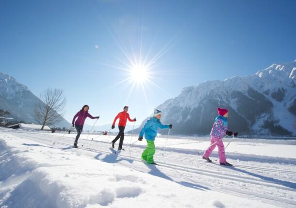 Familie beim Langlaufen Achensee