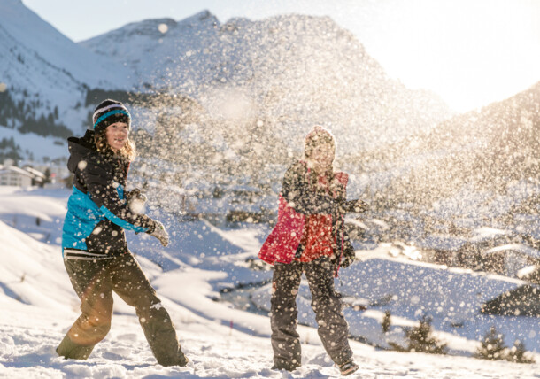 Schneeballschlacht, Familienurlaub im Winter in Lech am Arlberg