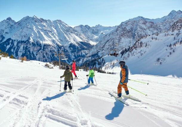 Familie beim Skifahren Brandnertal