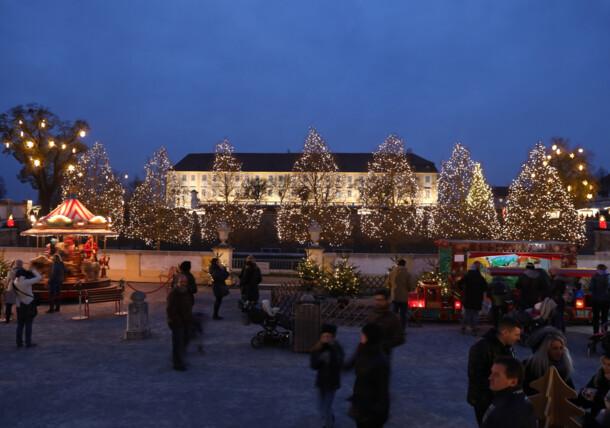 Abendliches Schloss Hof mit Weihnachtsbeleuchtung