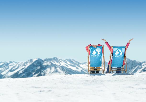 Im Liegestuhl entspannen - Blick über die verschneiten Berggipfel